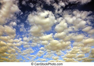 céu azul, nuvens brancas, lote