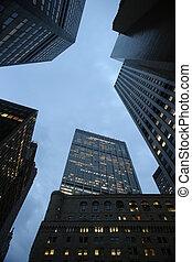 céu azul, visto, através, levantar, arranha-céus, em, centro cidade, manhattan, nova iorque, ny, usa.