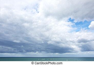 céu, com, nuvens, acima, bonito, azul, mar, horizon.