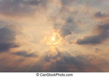 céu, com, nuvens cumulus, e, um, sol brilhante