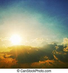 céu dramático, com, nuvens, e, sol