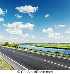 céu, nublado, sob, rio, estrada, aspalt