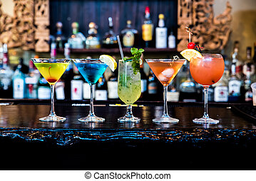 cócteles, bebidas, en, el, barra