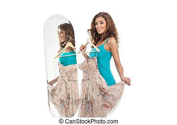 cómo, soy, yo, looking?, hermoso, mujeres jóvenes, tenencia, un, vestido, mientras, posición, delante de, el, espejo, y, mirar cámara del juez