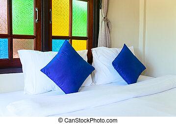 cómodo, rey, cama, en, habitación de hotel, interio