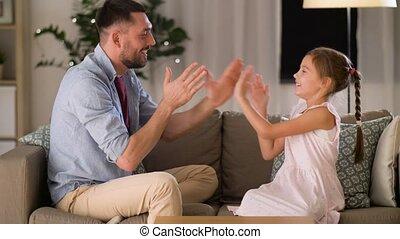 córka, oklaski, ojciec, gra, dom, interpretacja