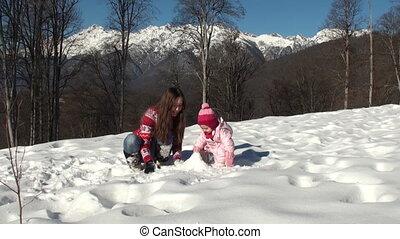 córka, zima, jej, rzeźbić, słoneczny, snowman., drewna, macierz, uśmiechanie się, dzień, szczęśliwy
