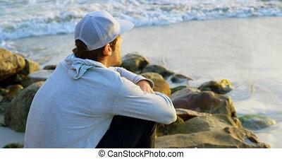 côté, 4k, caucasien, rocher, homme, regarder, vue, séance, jeune, mer, plage