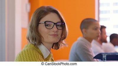 côté, bureau, cadres, vue, femme, fonctionnement, caucasien, 4k, bureau, moderne, jeune