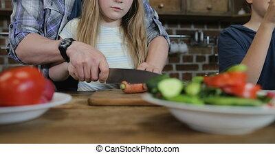 côtelette, usage, gosses, fille, aide, famille, légumes, père, deux, ensemble, fils, téléphone portable, quoique, parents, préparer, mère, nourriture, cuisine, intelligent, heureux