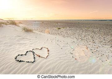 cœurs, forme, sable, arrangé, ondulations, deux, sunset., cailloux, beau, plage