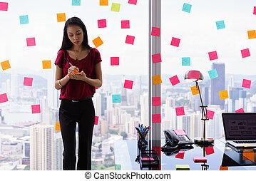 caótico, escritório, com, secretária, escrita, notas pegajosas, ligado, janela