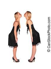całowanie, bliżnie dziewczyny, stoi, twarz-oblicować