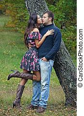 całowanie, para, drzewo, młody