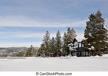 cabaña, en, nieve, con, montañas, en, plano de fondo