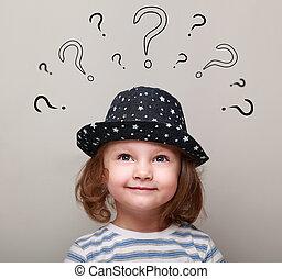 cabeça, acima, pensando, muitos, olhar, perguntas, menina, criança, feliz