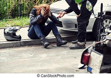 cabeça, ajuda, dela, sentando, pavement., motorista, chocado, biker, segurando, car, tentando