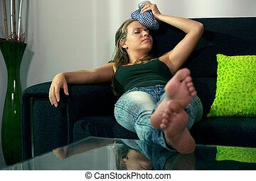 cabeça, assento mulher, sofá, saco gelo, dor de cabeça