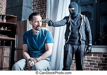 cabeça, criminal, homens, mascarado, segurando, pistola