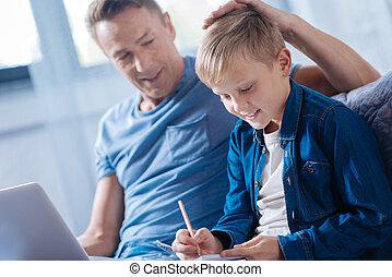 cabeça, estudar, pai orgulhoso, filho, tapinha, enquanto, ele