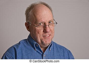 cabeça inclinada, velho, homem sorridente, óculos