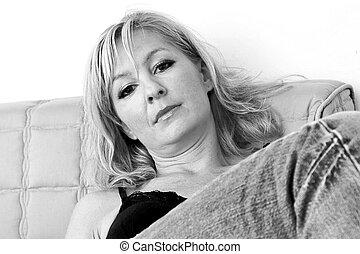 cabeça, mulher, inclinado, costas, sentando