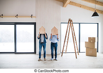 cabeças, casas, madeira, concept., homens, quando, casa, seu, decoração de interiores, segurando, novo