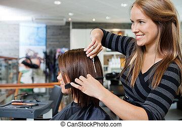cabeleireiras, dar, um, corte cabelo, para, mulher