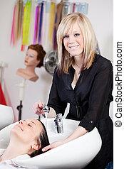 cabeleireiras, lavando, um, clientes, cabelo, em, a, salão
