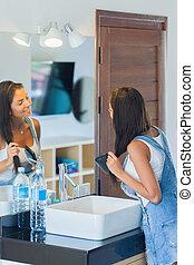 cabelo escovando, mulher, dela