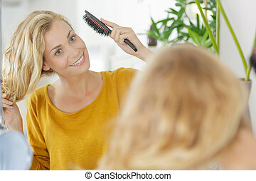 cabelo escovando, mulher