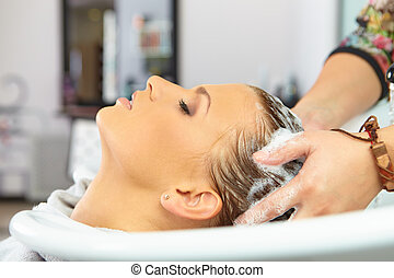 cabelo, salon., lavando, com, shampoo.