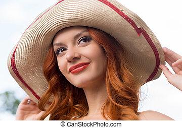 cabelo vermelho, beauty., retrato, de, bonito, jovem, cabelo vermelho, mulher, em, chapéu, sorrindo, e, olhando
