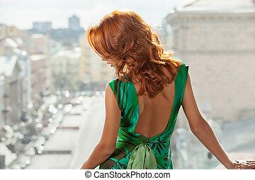 cabelo vermelho, woman., vista traseira, de, bonito, jovem, cabelo vermelho, mulher olha, afastado