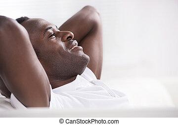 cabeza, el suyo, bajada, sentado, hombres, resting., africano, manos, feliz, vista lateral