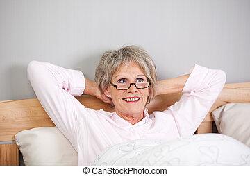 cabeza, mujer, atrás, cama, pensativo, manos, 3º edad