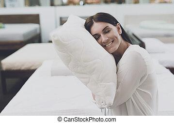 cabeza, mujer, examina, ella., ella, cama, escoge, grande, ella, debajo, puesto, store., se sienta, ella misma, almohada