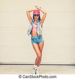 cabeza, mujer, puerta, tenencia, ella, confiado, beauty., joven, contra, mirar, garaje, mientras, cámara, hipster, sobre, manos, posar