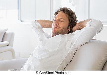 cabeza, sentado, relajado, atrás, manos, hogar, hombre