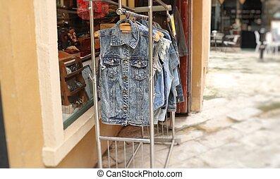 cabides, calças brim, roupas