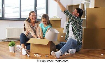cacahuètes, heureux, jouer, mousse, nouvelle maison, famille