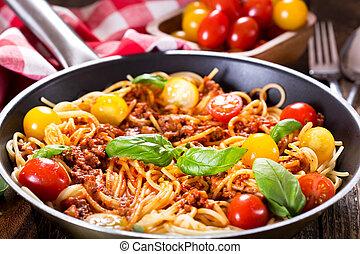 cacerola, con, bolognese espaguetis