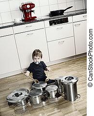 cacerolas, ollas, jugar los tambores