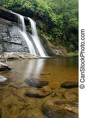 cachoeira, e, lagoa, em, luxuriante, floresta verde