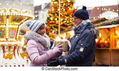 cadeau, couple, personne agee, noël, marché, heureux