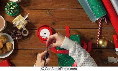 cadeau, emballage, attachement, mains, arc, noël
