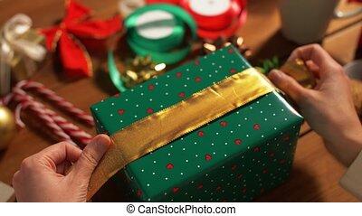 cadeau, emballage, choisir, mains, arc, noël