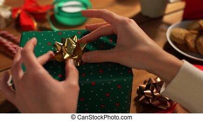 cadeau, mains, arc, noël, emballage, choisir