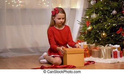 cadeau, opening, thuis, meisje, kerstmis, vrolijke