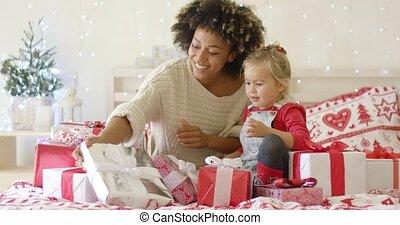 cadeau, projection, mère, grand, enfant, noël